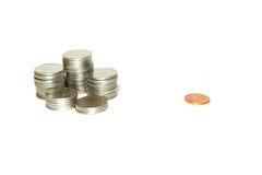 小组硬币和一枚偏僻的古铜色硬币 库存照片