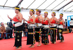 小组从种族的Murut的老人进行一个传统舞蹈 免版税库存图片