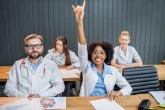 小组医科学生在教室 库存照片