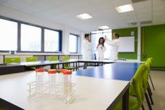 小组科学类的大学生与实验 库存图片