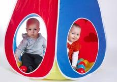 小滑稽的女孩和男孩帐篷的 免版税图库摄影