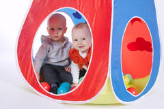 小滑稽的女孩和男孩帐篷的 免版税库存图片