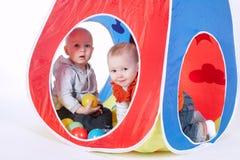 小滑稽的女孩和男孩帐篷的 库存图片