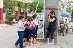 小组穿制服的学生为照片愿意摆在 图库摄影