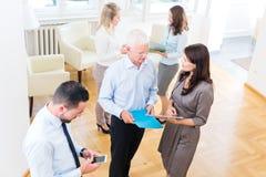 小组站立在办公室的商人 免版税库存图片