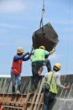 小组建筑工人模铸混凝土墙壁 库存照片
