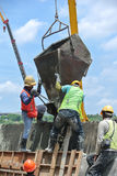 小组建筑工人模铸混凝土墙壁 免版税图库摄影