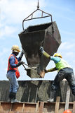 小组建筑工人模铸混凝土护墙 免版税库存照片