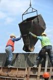小组建筑工人模铸混凝土护墙 免版税库存图片