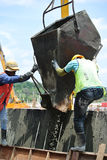 小组建筑工人模铸混凝土护墙 库存照片