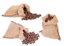 小组粗麻布大袋用在白色的咖啡豆 免版税库存图片
