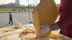 小从纸的街道贸易商分开的鞑靼人的烹调点心 影视素材