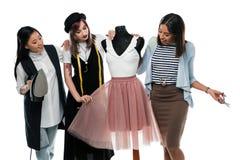 小组美丽的年轻时装设计师藏品裁缝工具和工作与钝汉 库存照片