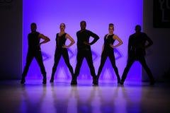 小组舞蹈家执行在纽约生活时装表演的开头在MBFW秋天期间2015年 库存照片