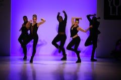 小组舞蹈家执行在纽约生活时装表演的开头在MBFW秋天期间2015年 免版税库存图片