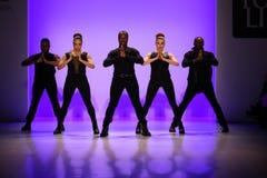 小组舞蹈家执行在纽约生活时装表演的开头在MBFW秋天期间2015年 库存图片