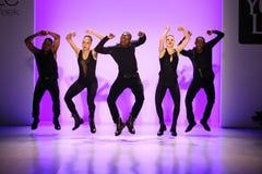 小组舞蹈家执行在纽约生活时装表演的开头在MBFW秋天期间2015年 免版税库存照片