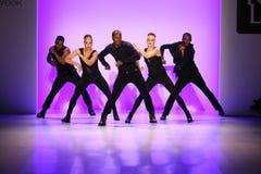 小组舞蹈家执行在纽约生活时装表演的开头在MBFW秋天期间2015年 免版税图库摄影