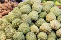 小组绿色新鲜的有机南美番荔枝在亚洲新鲜市场,甜口味果子,背景,热带气候果子上, 免版税库存照片