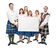 小组苏格兰人的舞蹈家跳舞与空的横幅 库存照片