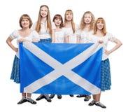 小组苏格兰人的舞蹈家跳舞与苏格兰旗子 免版税库存图片