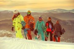 小组获得朋友的挡雪板在山上面的乐趣  免版税库存图片