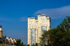 小组蓝天背景的现代多层的黄色和白色大房子  免版税库存图片