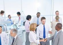 小组见面在办公室的商人 免版税库存图片