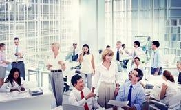 小组见面在办公室的商人 免版税库存照片