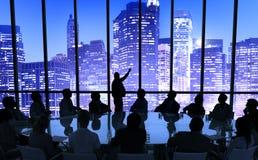小组见面在城市的商人 免版税库存照片