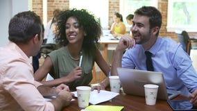 小组见面的办公室工作者谈论想法 股票录像