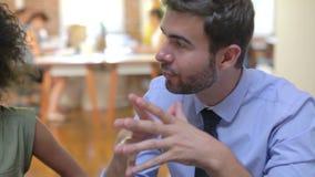 小组见面的办公室工作者谈论想法 股票视频