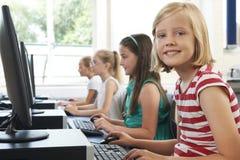 小组计算机类的女性台中国小孩子 免版税库存图片