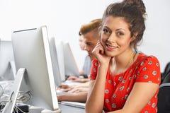 小组计算机类的学生 免版税库存照片