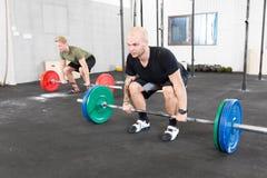 小组训练deadlift在crossfit中心 免版税库存照片
