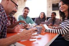 小组设计师开会议在表附近在办公室 免版税库存图片
