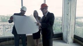 小组设计师提出他们的项目装备这个办公室空间给顾客 股票录像