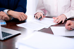 小组谈论的商人和的律师合同纸 免版税库存图片