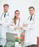 小组画象站立togeth的微笑的医院同事 免版税图库摄影