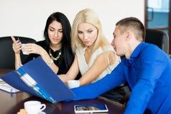 小组活跃商人在会议上 库存照片