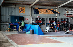 小组跳伞运动员为跳跃的事件做准备,检查设备 图库摄影