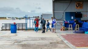 小组跳伞运动员为跳跃的事件做准备 免版税库存图片
