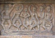 小组跳舞妇女墙壁上的雕塑  图库摄影