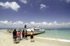 小组返回到大陆的游人输入的白色轮渡 库存图片