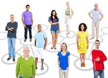 小组连接主题的图片的不同种族的人 库存图片