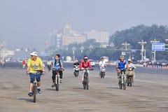 小组通勤者在清早,街市的北京,中国 免版税库存图片