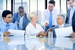 小组遇见办公室概念的商人 免版税库存图片
