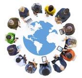 小组遇见数字式设备的商人 免版税库存照片