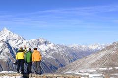 小组采取在Gornergrat的朋友挡雪板观点 免版税库存照片