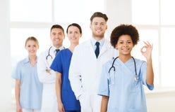 小组医院的愉快的医生 免版税库存图片